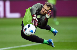 Manuel-Neuer-working-on-his-goalkeeping-parades-right-before-the-start-of-the-friendly-match